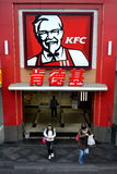 Chengdu, China: Ingang aan het Restaurant van KFC Stock Foto's