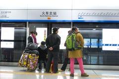 ChengDu China: Leutewartezeit für die Metro Lizenzfreie Stockfotografie
