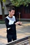 Chengdu, China: Mann, der mit Duft-Steuerknüppeln betet Stockbild