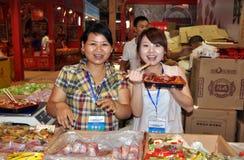 Chengdu, China: Vendedores de alimento sonrientes Imagen de archivo libre de regalías