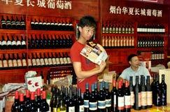 Chengdu, China: Vendedores que vendem o vinho Fotografia de Stock Royalty Free