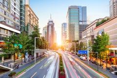 Chengdu, Chine, avec la circulation dense la nuit images stock