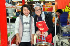 Chengdu, Chine : Jeunes ouvriers à Wal-Mart Photos libres de droits
