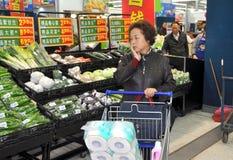 Chengdu, Cina: Acquistando al supermercato di Wal-Mart fotografia stock