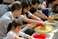 Chengdu, Cina: Allievi che fanno terraglie Fotografie Stock Libere da Diritti