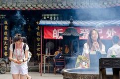 CHENGDU: Eifrige Anhänger beten am Tempel in Chengdu China Lizenzfreie Stockbilder