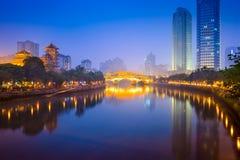 Chengdu-Fluss-Skyline Stockbilder