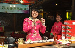 Chengdu Kina: Le den kinesiska kvinnan på te shoppa Royaltyfri Fotografi