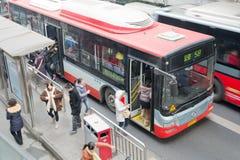 Chengdu, Porzellan: Leute durch Bus Lizenzfreies Stockfoto