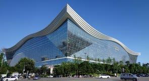 Νέο σφαιρικό κέντρο αιώνα, Chengdu, Sichuan, Κίνα ενάντια στους μπλε ουρανούς Στοκ φωτογραφία με δικαίωμα ελεύθερης χρήσης
