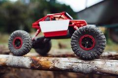 Chenille conduisant sur la vue de côté de faisceaux en bois Image libre de droits