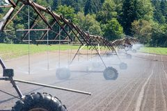 Chenille d'irrigation de zone de ferme Photos libres de droits