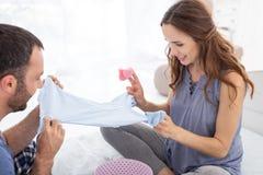 Chenilles de examen d'homme attrayant et de femme enceinte Photos stock