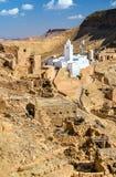 Chenini的清真寺,一个被加强的巴巴里人村庄在南突尼斯 免版税库存照片