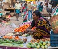 CHENNAI INDIEN - FEBRUARI 10: Ett oidentifierat kvinnan säljer grönsaker på Februari 10, 2013 i Chennai, Indien åkerbruka produkt Arkivbilder