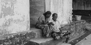 CHENNAI INDIEN - SEPTEMBER 28th, 2018: Svartvita sköt par av högt folk som placerar på det yttre momentet för hus arkivfoton