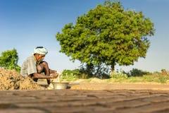 Chennai, Inida- 4. August 2017; Alter Mann, der in der Ziegelsteinfabrik arbeitet, Stockfotografie