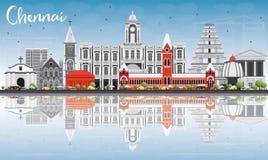 Chennai linia horyzontu z Szarymi punktami zwrotnymi, niebieskim niebem i odbiciami, royalty ilustracja