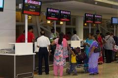 CHENNAI TAMIL NADU, INDIEN - APRIL 28: Folket är väntanregistreringen på den främre flygbolagluften Asien tillbehörar 28 2014 i C Arkivbild