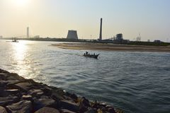 Chennai, Tamilnadu, India: 7 april, 2019: Visser Sailing Fishing Boat in Ennore-Strand stock afbeeldingen