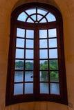 CHENONCEAU, ФРАНЦИЯ - ОКОЛО ИЮНЬ 2014: Взгляд от окна замка Chenonceau from inside Стоковое Изображение
