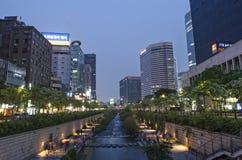 Cheonggyecheon小河在汉城南韩 库存照片