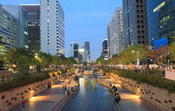 Cheonggyecheon ström och Seoul cityscape Arkivbild