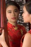 cheongsam中国女孩镜子红色 库存图片