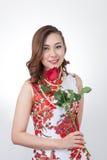 cheongsam的中国妇女与起来了 免版税库存照片