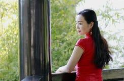 cheongsam的中国妇女在木渎镇古镇 库存图片