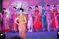 Cheongsam ο επίδειξη-πενήντα-πρώτος της Δεσποινίσς International Jiangxi διαγωνισμός Στοκ Εικόνες