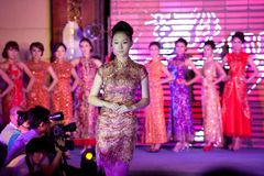 Cheongsam ο επίδειξη-πενήντα-πρώτος της Δεσποινίσς International Jiangxi διαγωνισμός Στοκ φωτογραφία με δικαίωμα ελεύθερης χρήσης