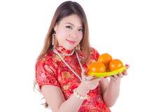 有cheongsam的亚裔妇女 免版税图库摄影