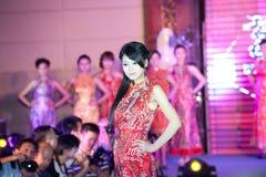 Cheongsam de show-vijftig-eerste Misser International Jiangxi-wedstrijd Stock Foto
