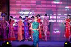 Cheongsam de show-vijftig-eerste Misser International Jiangxi-wedstrijd Royalty-vrije Stock Foto's