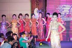 Cheongsam de show-vijftig-eerste Misser International Jiangxi-wedstrijd Stock Foto's
