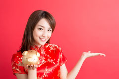 Cheongsam del desgaste de mujer de la belleza Imágenes de archivo libres de regalías