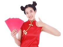 Cheongsam del desgaste de mujer y sostener el sobre rojo en el concepto de happ Fotografía de archivo