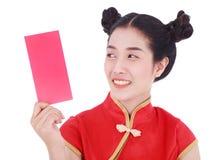 Cheongsam del desgaste de mujer y sostener el sobre rojo en el concepto de happ Imagen de archivo libre de regalías