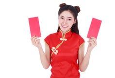 Cheongsam del desgaste de mujer y sostener el sobre rojo en el concepto de happ Imagen de archivo