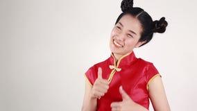 Cheongsam di usura di donna con la mano che indica concetto del nuovo anno cinese felice archivi video