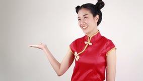 Cheongsam di usura di donna con la palma aperta della mano nel concetto del nuovo anno cinese felice stock footage