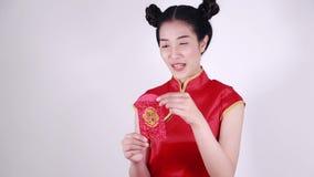Cheongsam di usura di donna e busta aperta nel concetto del nuovo anno cinese felice stock footage