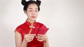 Cheongsam di usura di donna e busta di conteggio nel concetto del nuovo anno cinese felice archivi video