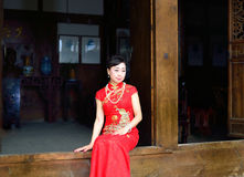 Cheongsam kvinna som bär kläder för traditionell kines Royaltyfri Foto