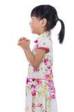 Cheongsam que lleva de la niña china asiática con el gestur del saludo Imagenes de archivo