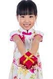 Cheongsam que lleva de la niña china asiática que sostiene la caja de regalo Fotografía de archivo libre de regalías
