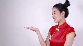 Cheongsam rosso di usura di donna con la palma aperta della mano nel concetto del nuovo anno cinese archivi video