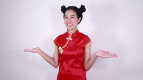 Cheongsam rosso di usura di donna con la palma aperta della mano nel concetto del nuovo anno cinese stock footage