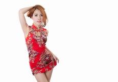 Cheongsam vestindo modelo asiático com espaço da cópia para o produto ou o tex Fotografia de Stock Royalty Free